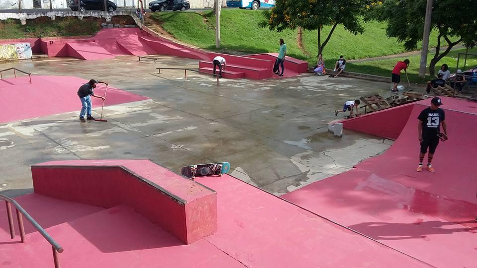 Skatistas limpando da pista de skate da cohab